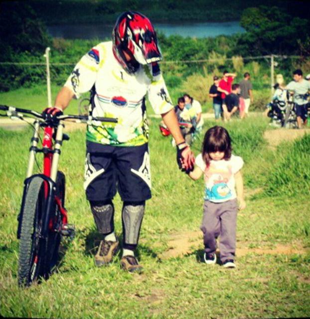 A pequena Ana Beatriz, 4, já acompanha o pai Gleialison nas competições em São José dos Campos-SP