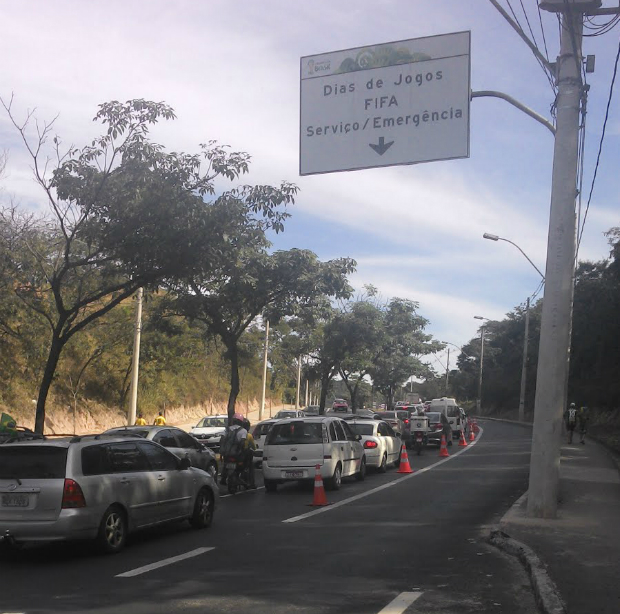 Avenida Carlos Luz com faixa exclusiva para ônibus e veículos credenciados