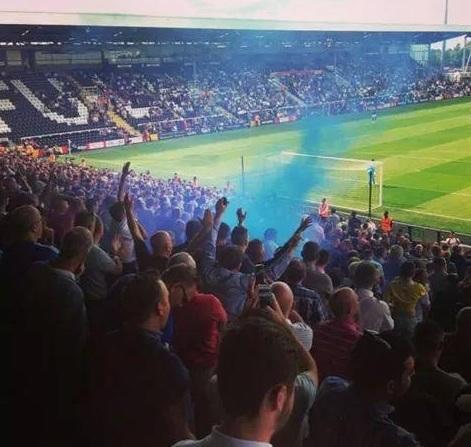 Fãs dos Lions soltam a fumaça azul, proibida na Inglaterra, durante o jogo