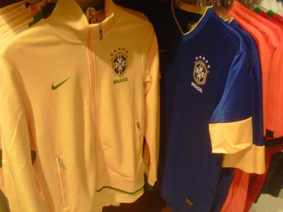 fcde55e64f Comprar camisa de time brasileiro no exterior é quase impossível. A ...