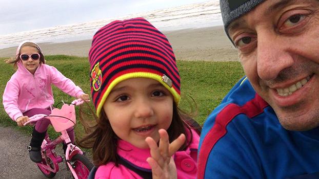 Marcelo Colono curte um pedal com as filhas Gabriela, 4, e Amanda, 8
