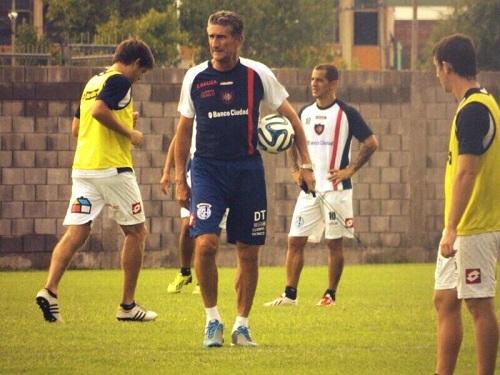 O técnico Edgardo Bauza, campeão da Libertadores com a LDU em 2008, e Leandro Romagnoli