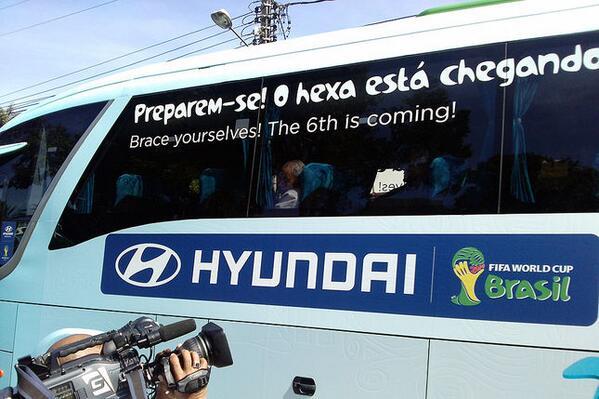 Ônibus que transporta os jogadores brasileiros na Copa do Mundo e a frase: chegando?