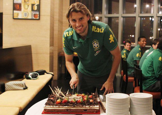 Palmeirense Henrique celebra aniversário de 27 anos no hotel da seleção