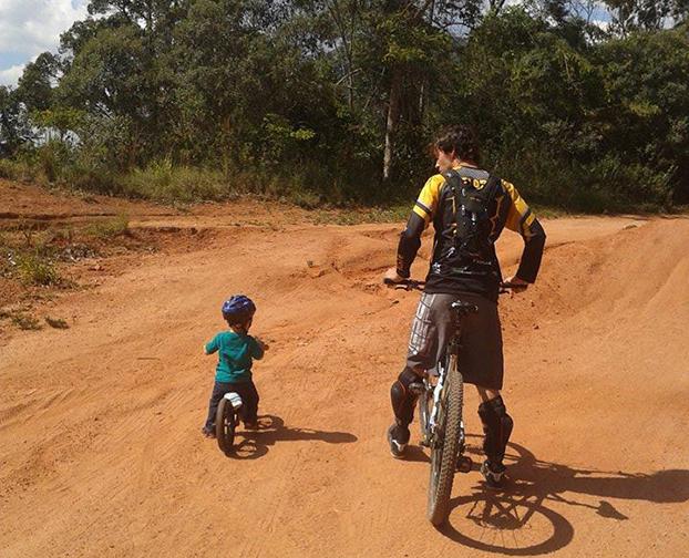 Thiago Velardi ajuda Kaie, de 1 ano e 5 meses, a dar as primeiras pedaladas em Jundiaí-SP