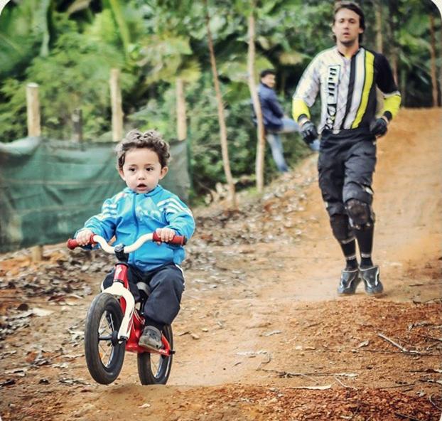 Melhor piloto brasileiro de Downhill da história, Markolf Berchtold já ensina Zion, de apenas 2 anos