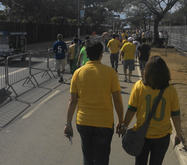 Torcedores caminham em direção ao estádio