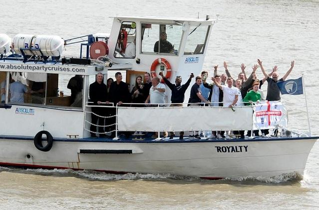 Torcedores do Millwall fazem festa no barco na ida ao campo do Fulham