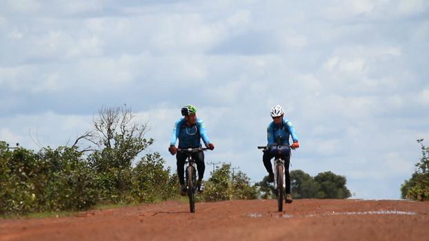 Charles Sampaio e Ranata Falzoni no primeiro dia de pedal
