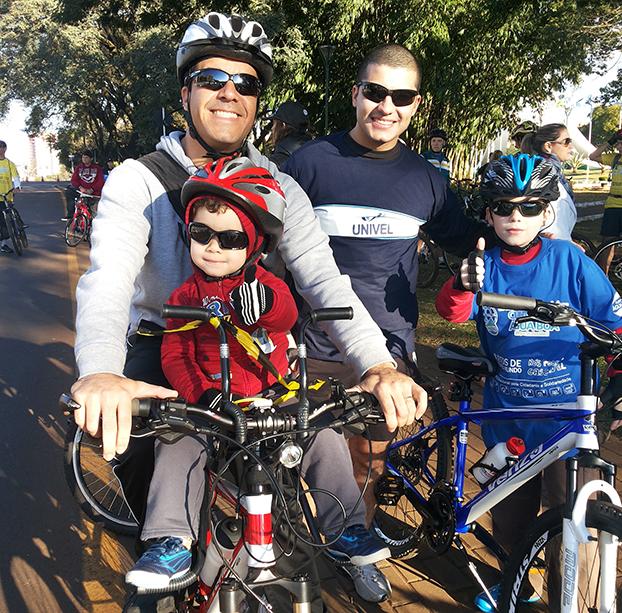 Orestes Pinto Junior leva Miguel Felipe, 2, e Matheus, 8, para pedalar em Cascavel, Paraná. O tio Tiago vai junto.