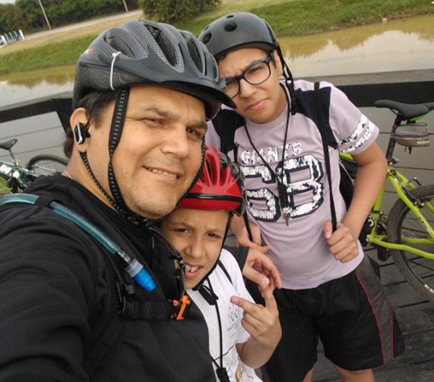 Em Sorocaba, Roberto Ferreira pedala com os filhos Danilo, 16, e João Pedro, 11