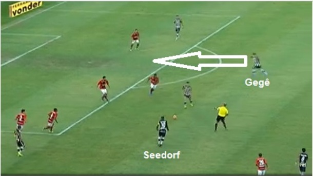 Flagrante da movimentação de Seedorf pela esquerda que abriu espaço para Gegê infiltrar livre na área rubro-negra.