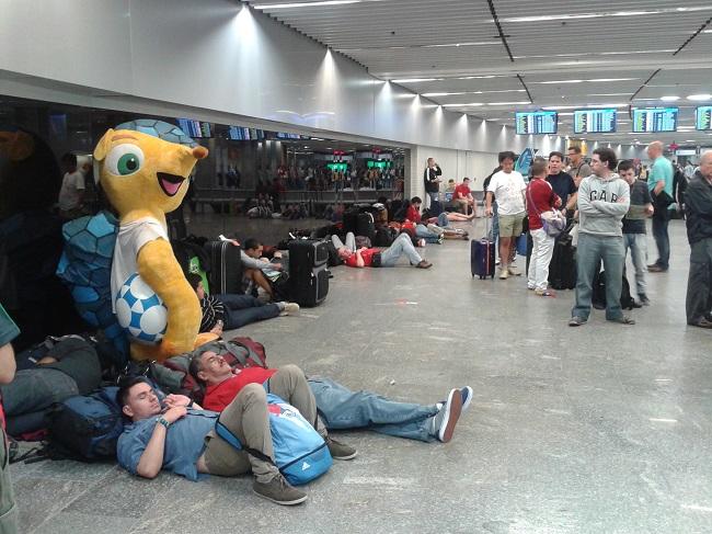 Torcedores, a maioria de chilenos, dormem  no aeroporto do Galeão: mochileiros são muitos na Copa