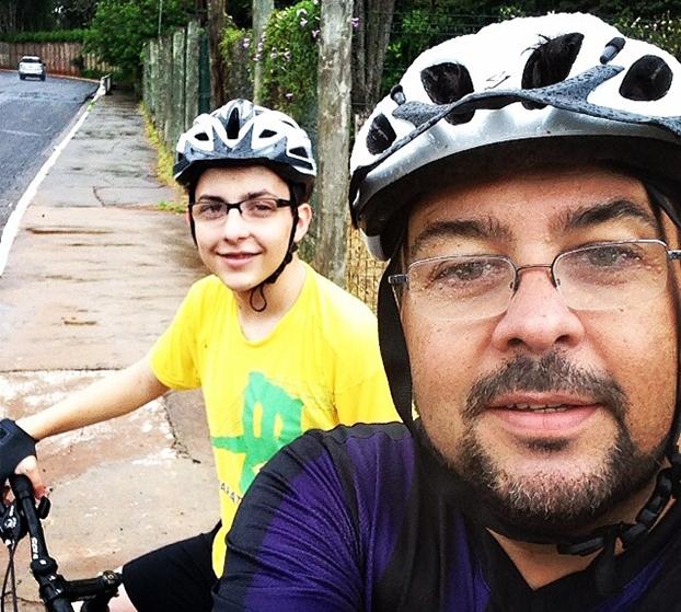 Ivan Sinigaglia e o filho Thiago, 17, não têm medo de pedalar até na chuva em Campo Grande-MS