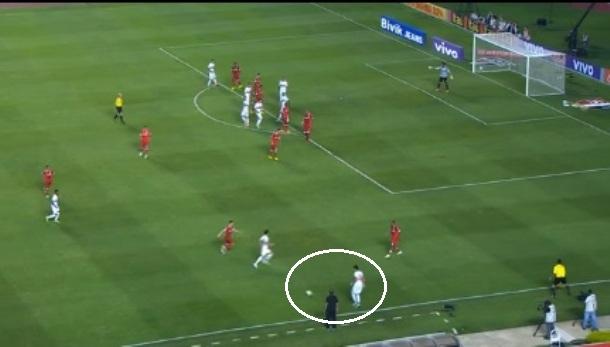 Flagrante de Ganso contra o Internacional de Abel Braga: pela direita, recebia a bola de lado e com liberdade para armar as jogadas.