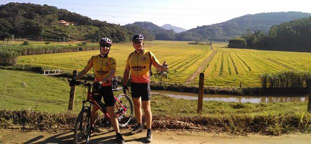 Roland Stepic e o filho Henrique, 14, curtem altas aventuras no pedal em Joinville - SC