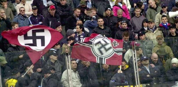 Suásticas na torcida da Lazio: cena comum nos jogos do time romano