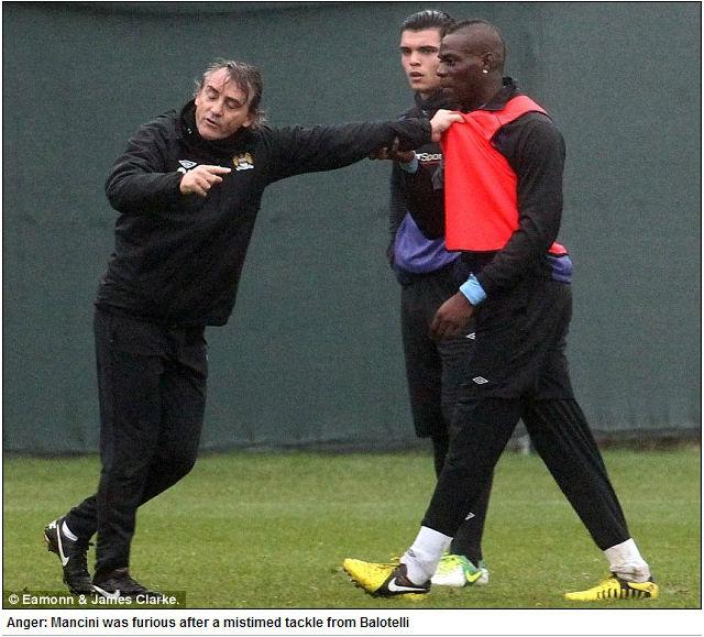 Mancini segura Balotelli em treino do Manchester City