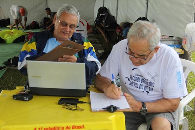 Os juizes oficiais d confederação nacional de paraquedismo de olho para oficializar o recorde