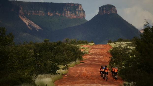Ciclistas em direção ao Parque Estadual do Jalapão, ao fundo a Serra do Espiríto Santo