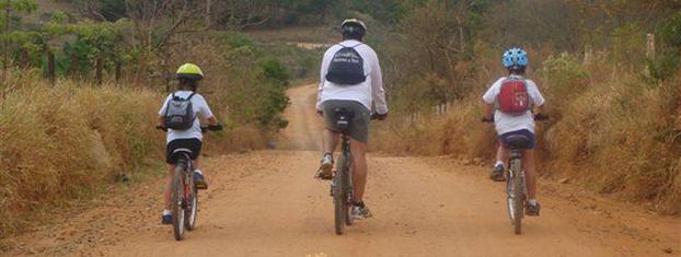 Em Campinas-SP, Fábio Santos leva Guilherme e Pedro para curtir uma trilha