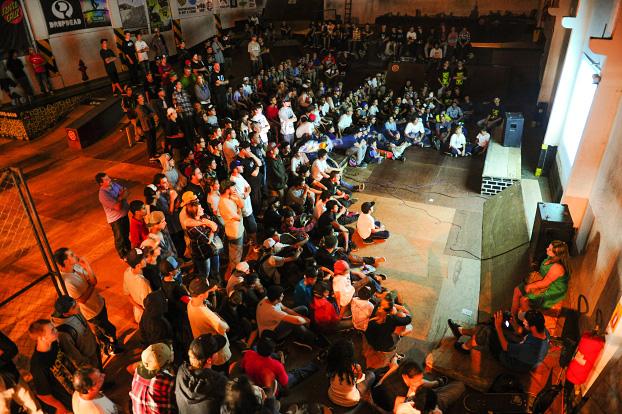 DropDead Skatepark tomada de skatistas atentos no telão