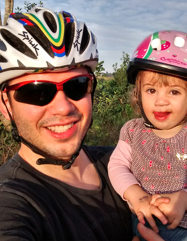 Em Chapecó-SC, Leonardo Tagliari já arrumou até um belo capacetinho para Cecilia, de 1 ano e 6 meses
