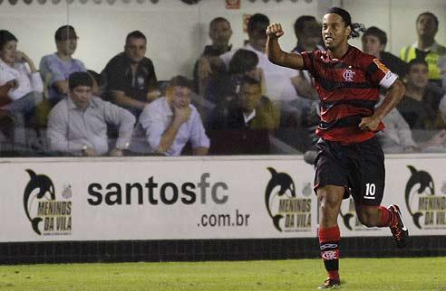 Ronaldinho comemora um de seus três gols nos 5 a 4 sobre o Santos 49e6dc0b5b6