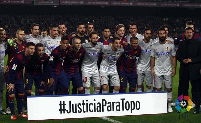 Jogadores do Atlético de Madrid e do Barcelona com o cartaz pedindo justiça para o jornalista