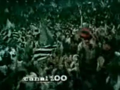 Pequena bandeira rubro-negra em meio à torcida corintiana na festa pelo gol