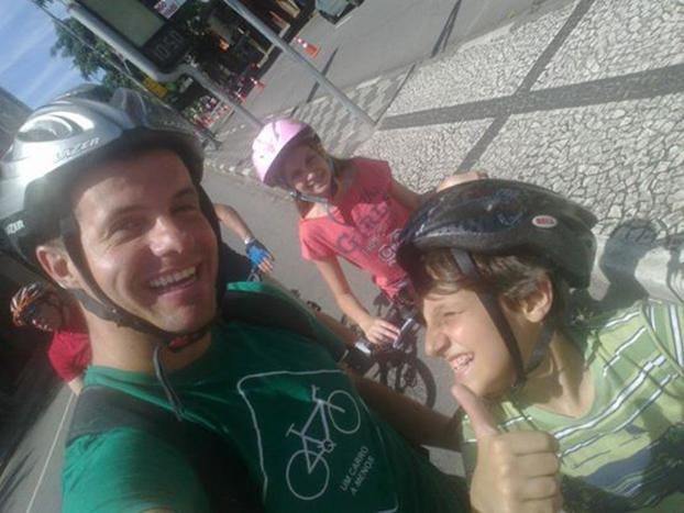 Em São Paulo, Victor Acquafreda já passou a paixão pela bike aos filhos Sabrina, 13, e Luan, 12