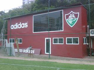 Contêiner foi instalado atrás de um dos gols do Estádio das Laranjeiras