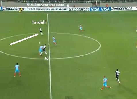 Flagrante do pivô de Jô para a entrada em diagonal de Tardelli no primeiro gol sobre o Arsenal no Independência
