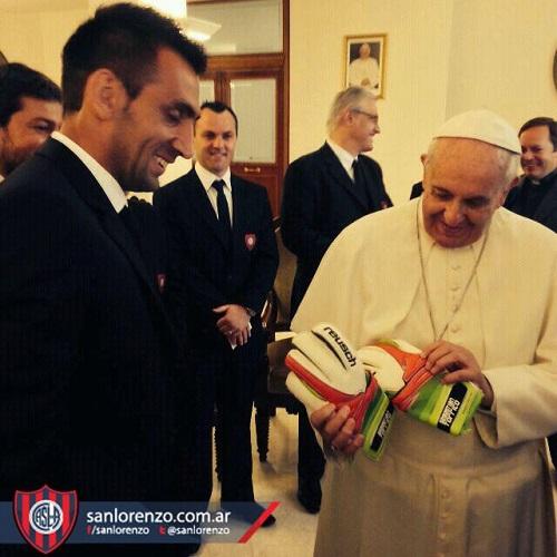 O goleiro Torrico presenteia o Papa Francisco, torcedor fanático do San Lorenzo de Almagro