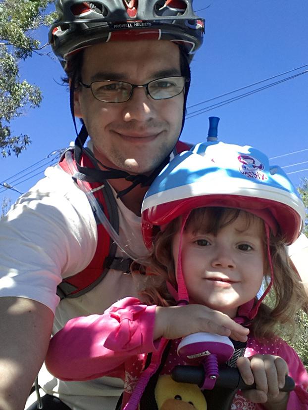 Adriano Amaral e a pequena Luiza, de 2 anos, vivem pedalando em Vinhedo, interior de São Paulo