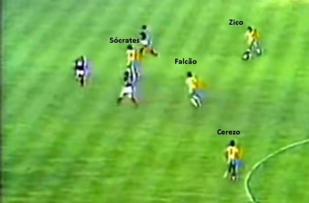 No primeiro tempo contra a Escócia em 1982, Zico foi sacrificado pela direita - depois Telê Santana promoveu revezamento com Cerezo, Falcão e Sócrates