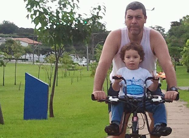 Junto com o pai Eleandro Linares, Thales, 3, vai observando o mundo de cima da bike em Presidente Prudente