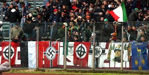 Romanistas também apelam a símbolos nazi-fascistas: Mussolini na Curva Sud