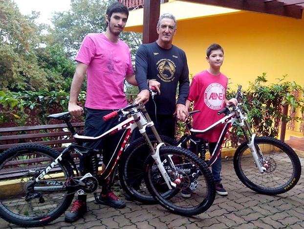 Eduardo Aparecido Pirani de Souza sempre pedala com os filhos Tales, 12, e Tulio, 16, em Águas de Lindóia