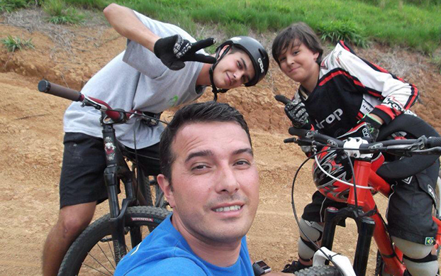 O paizão Fabio Gouveia pedala com os filhos em São Bernardo do Campo-SP.