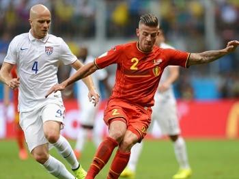 Bradley disputa bola com Alderweireld