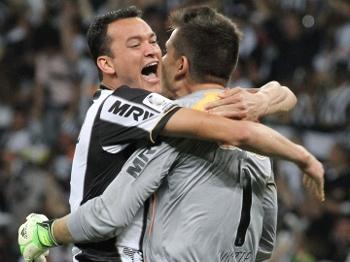 Réver e Victor se abraçam depois do gol de Jô