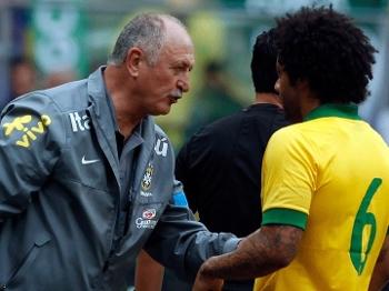 Luiz Felipe Scolari, técnico da seleção brasileira, passe instruções para o lateral Marcelo