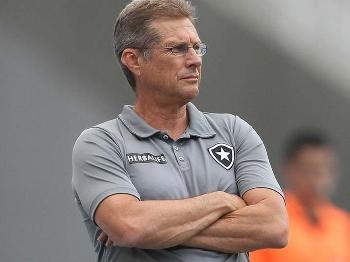 Oswaldo de Oliveira reclama do período sem jogos do Botafogo