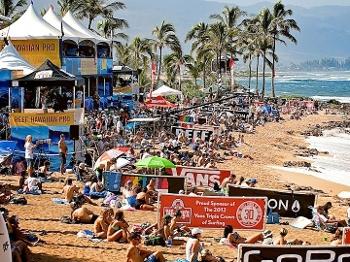 Praia lotada no último dia de competições em Haleiwaa