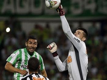 Victor sai do gol em Atlético Nacional e Atlético cercado de perto de Najera