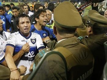 Confusão marca o final do empate entre Huachipato e Grêmio; time gaúcho avançou na Libertadores