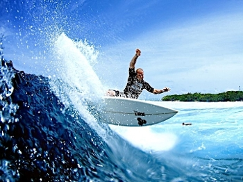 Pessoas de todos os lugares chegam para surfar esta onda