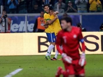 Hernanes marcou o segundo gol do Brasil