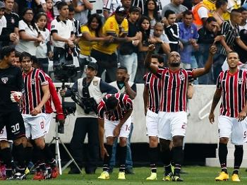 Edson Silva e seus companheiros comemoram o segundo gol tricolor